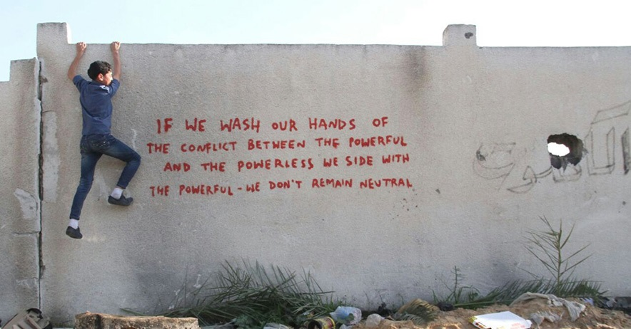 Welcome to gaza with your guide banksy for El mural trailer